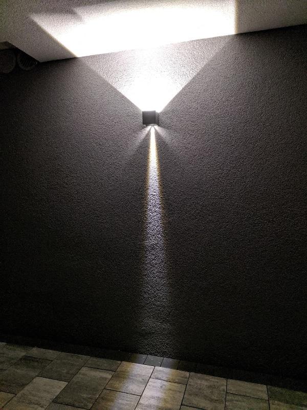 Stylische LED Außenlampe mit doppelten Lichtkegel