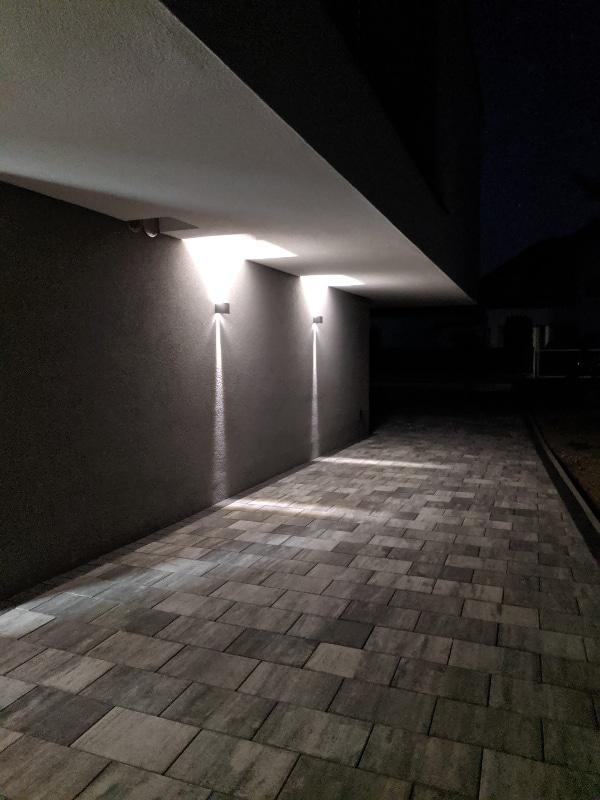 Stylische Wandlampe für außen. Der Lichtkegel der K-Bright Außenlampe lässt sich mit wenigen Handgriffen individuell einstellen.