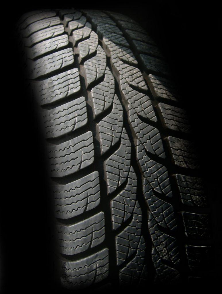 Ausreichende Profiltiefe bei Reifen. Niemals weniger als 1,6mm!