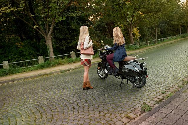 Seit 2020 darf unter bestimmten Voraussetzungen Motorradfahren mit einem Autoführerschein möglich. Dies soll v.a. Mobilität in urbanen Regionen fördern.