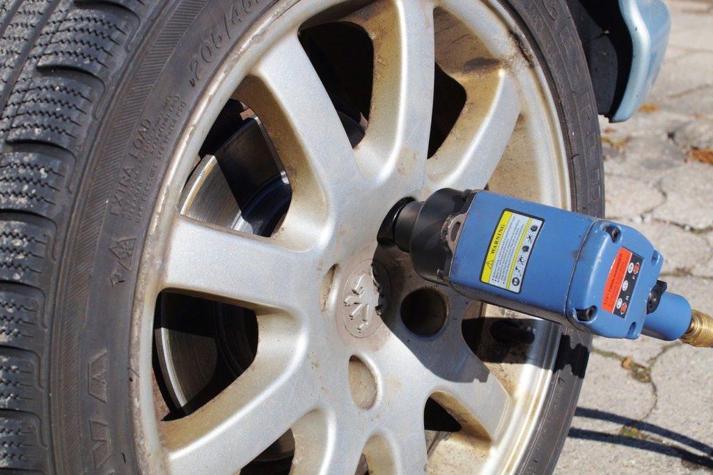 Einer der häufigsten Einsatzorte des Schlagschraubers: Der Reifenwechsel