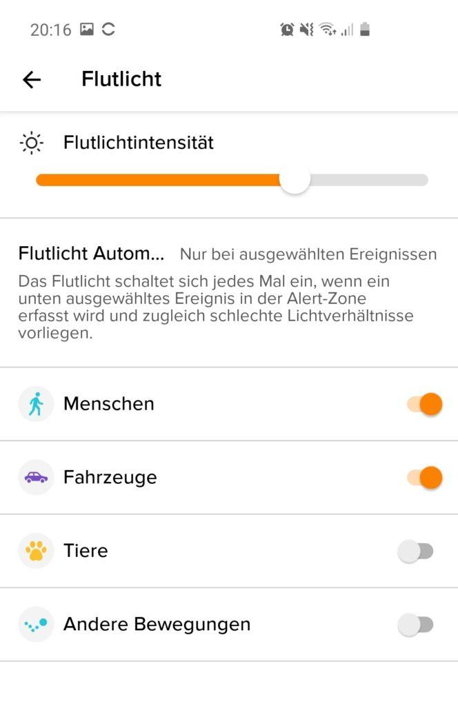 In der App lässt sich die Flutlichtintensität anpassen. Zudem kann man einstellen, bei welchem Ereignis der Strahler angehen soll.