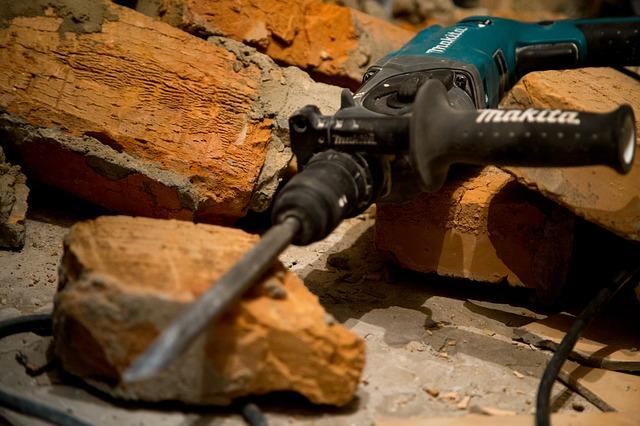 Bohrhammer vs Schlagbohrmaschine: Ein Bohrhammer lässt sich im Gegensatz zum Schlagbohrer auch zum Meißeln für Abbrucharbeiten verwenden.