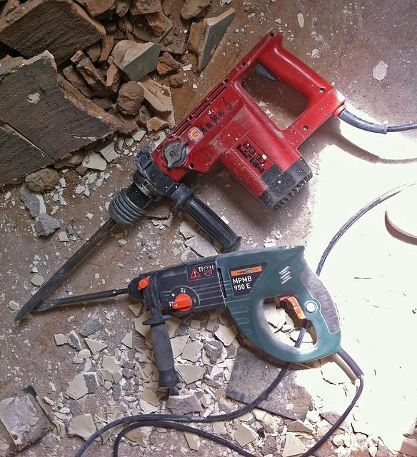Ausgestattet mit einem Meißel eignet sich der Bohrhammer auch hervorragend für Abbrucharbeiten.