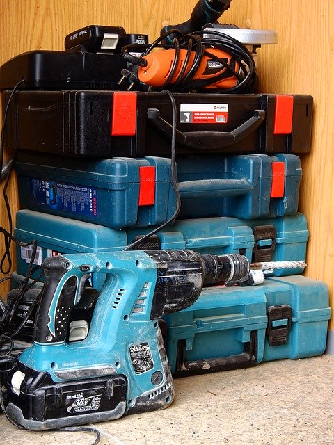 Bohrhammer vs Schlagbohrmaschine? Vor allem bei größeren Projekten, macht eine größere Auswahl an verschiedenen Maschinen durchaus Sinn.